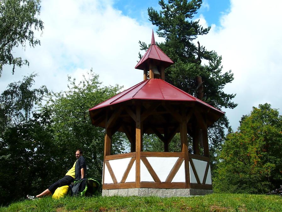 Jan se vyhřívá u altánu nad Michalovými Horami