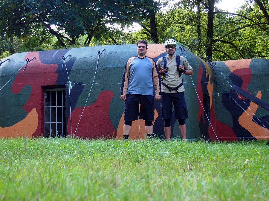 Dva bratři u bunkru ve Stříbře.